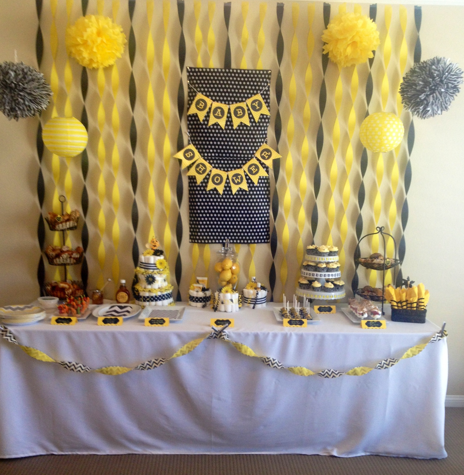 Wonderful Bee Baby Shower Table